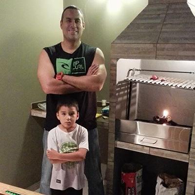 La familia Telles orgullosa posa junto a su nueva parrilla Martin Fierro