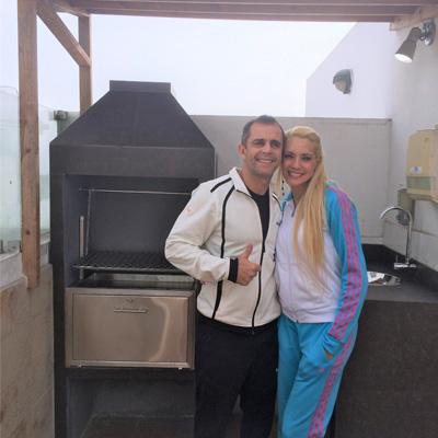 Brenda y Julinho felices con su parrilla Martín Fierro